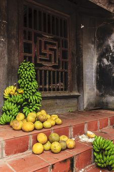 Free Bananas And Pomelo Fruit In Selling Royalty Free Stock Photos - 30677068