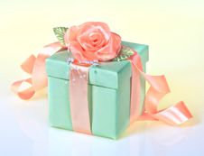 Free Green Gift With Rose Ribbon Royalty Free Stock Images - 30707789