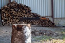 Free Axe And Firewood Royalty Free Stock Images - 30801029