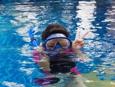 Free Girl Swimming Wearing Goggles Stock Photography - 30802022