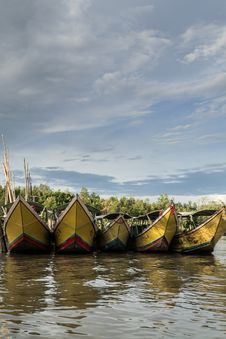 Free Long Tail Boats At The Pier Royalty Free Stock Images - 30867429