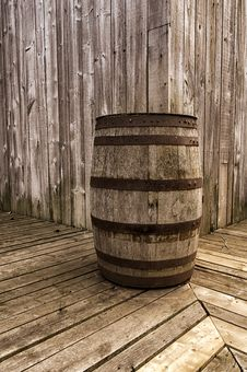 Free Old Wood Barrel Royalty Free Stock Photo - 30914775