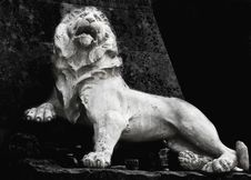 Free Sculpture Of A Lion As A Symbol Of Strength And Greatness Royalty Free Stock Images - 30939339