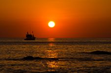 Free Sun Rise From The Sea And Fisherman Boat Royalty Free Stock Image - 30940596