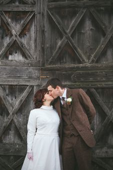 Free Vintage Bride And Groom Kissing Royalty Free Stock Photography - 30989467