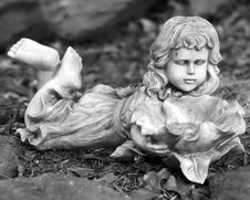 Free Small Statue Of LIttle Girl Royalty Free Stock Images - 316869