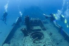 Free Divers On A Wreck Royalty Free Stock Images - 3102259