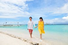 Free Happy Young Couple Walks In Shallow Water On Tropi Royalty Free Stock Image - 31008706