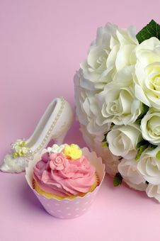 Free Wedding White Roses Bouquet With Pink Cupcake - Vertical. Stock Photo - 31039700