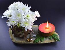 Free White Flower With Candle Royalty Free Stock Images - 31058369