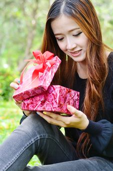 Free Beautiful Woman Open A Gift Box Royalty Free Stock Photography - 31105587