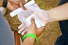 Free Applying Bandage Royalty Free Stock Photography - 31214337