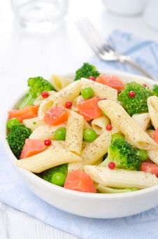 Free Salad With Pasta, Smoked Salmon, Broccoli And Green Peas Closeup Royalty Free Stock Photography - 31262537