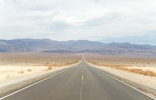 Free American Road In Death Valley Royalty Free Stock Photo - 31297135