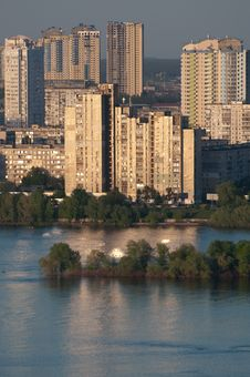 Free Homes Near The Dnieper River In Kiev Royalty Free Stock Images - 31314489