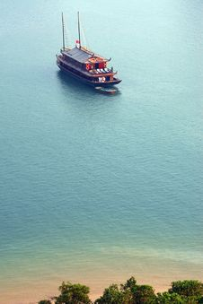 Free Cruise Tourist Boat Near Beach Stock Photo - 31319660