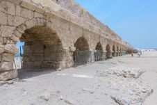 Free The Ancient Viaduct On The Mediterranean Sea. Royalty Free Stock Image - 31321156