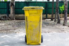 Free Old Yellow Recycling Bin Royalty Free Stock Images - 31338309