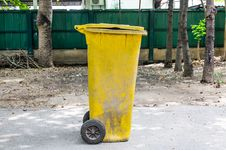 Free Old Yellow Recycling Bin Stock Photos - 31338333