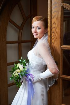 Free Happy Beautiful Bride With Bouquet Near Doors Royalty Free Stock Photos - 31367628