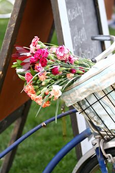 Free Bike Basket With Flowers Stock Photography - 31395012