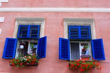 Free Blue Windows With Geraniums Stock Photography - 31599122