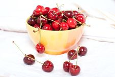 Free Ripe Cherries In A Yellow Plate Royalty Free Stock Photography - 31602467