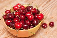 Free Ripe Cherries In A Yellow Bowl Royalty Free Stock Photography - 31602487