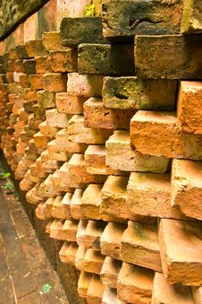 Free Old Grunfe Brick Wall Background Stock Image - 31643161
