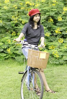 Free Woman With Retro Bicycle In A Park Royalty Free Stock Images - 31653579