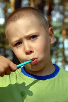 Free Boy Is Brushing His Teeth Royalty Free Stock Images - 3170499