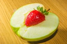 Free An Apple Strawberry Hearted Stock Image - 31709171