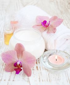 Free Moisturizing Cream With Pink Orchids Royalty Free Stock Photos - 31773208