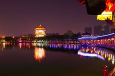 Free The Lakeside Buildings Night Xian Royalty Free Stock Images - 31779789