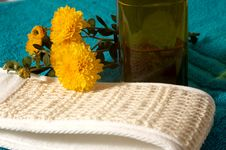 Free Towel And Flowers Stock Photography - 3183412