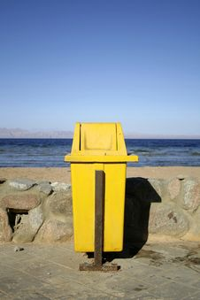 Free Yellow Dustbin Royalty Free Stock Photography - 3183507