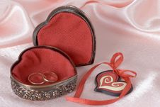Free Wedding Rings In A Metal Box Stock Photography - 31857792