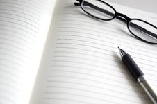 Free Open Notebook With Pen And Glasses Royalty Free Stock Images - 31874339
