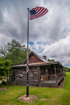 Free Old Log Cabin And American Flag Stock Photography - 31880852