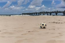 Free Black And White Ball On The Beach Stock Photos - 31913353