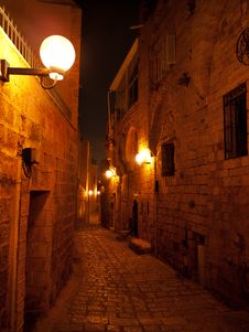 Free Narrow Stone Paved Medieval Street At Night Royalty Free Stock Images - 31975529