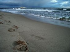 Free Feet Track In The Sand Royalty Free Stock Image - 3200346