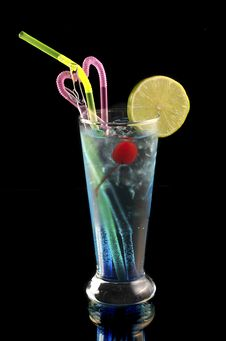 Blue Cocktail With Ice And Lime Royalty Free Stock Images