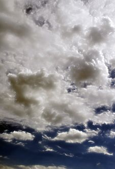 Free Fluffy Cloudy Deep Blue Sky Scape Royalty Free Stock Photos - 32020708
