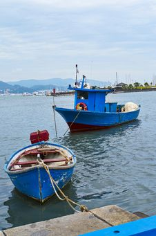 Free Blue Fishing Boat Stock Photography - 32066622
