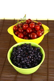 Free Blueberries And Cherry Royalty Free Stock Images - 3211869