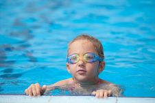 Free Girl Swims In The Pool Royalty Free Stock Images - 32182829