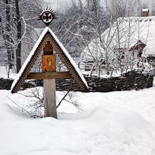 Free Icon On Wooden Cross Under The Snow Stock Photography - 32323562