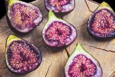 Free Fruits Figs On Wooden Stump Stock Images - 32332674