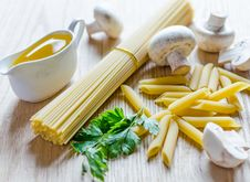 Free Spaghetti And Penne Royalty Free Stock Photo - 32416835